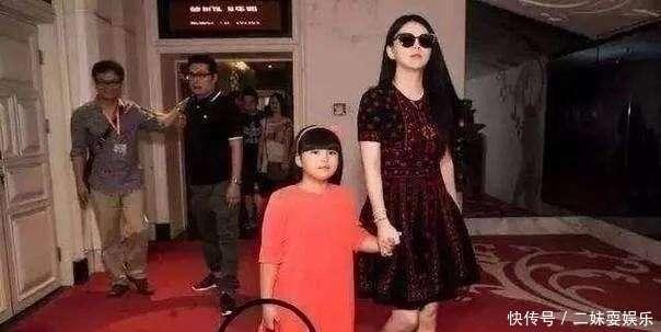 郭晶晶跟李湘同台斗艳赢了!两大阔太同穿长裙,冠军跟土豪的区别
