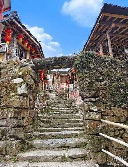 依山而建的古寨,穿越千年的沧桑与风华,神秘又迷人
