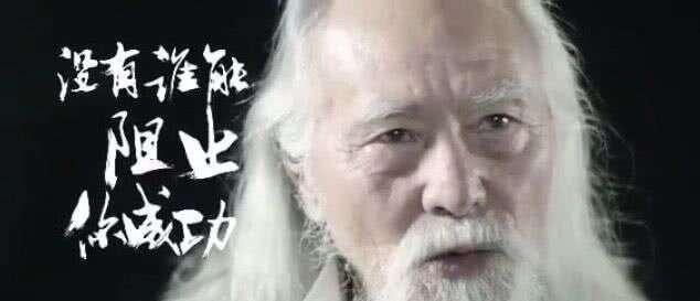 王德顺49岁裸辞北漂,一家四口卖艺维生,79岁T台走秀一夜爆红