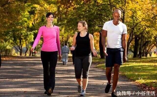 壽命短的男人,走路會有四個信號,若你四個都沒有,恭喜你很健康