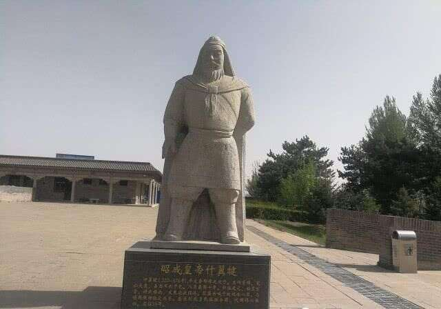 盛乐博物馆外围景观,昭成皇帝拓跋什翼犍雕像。