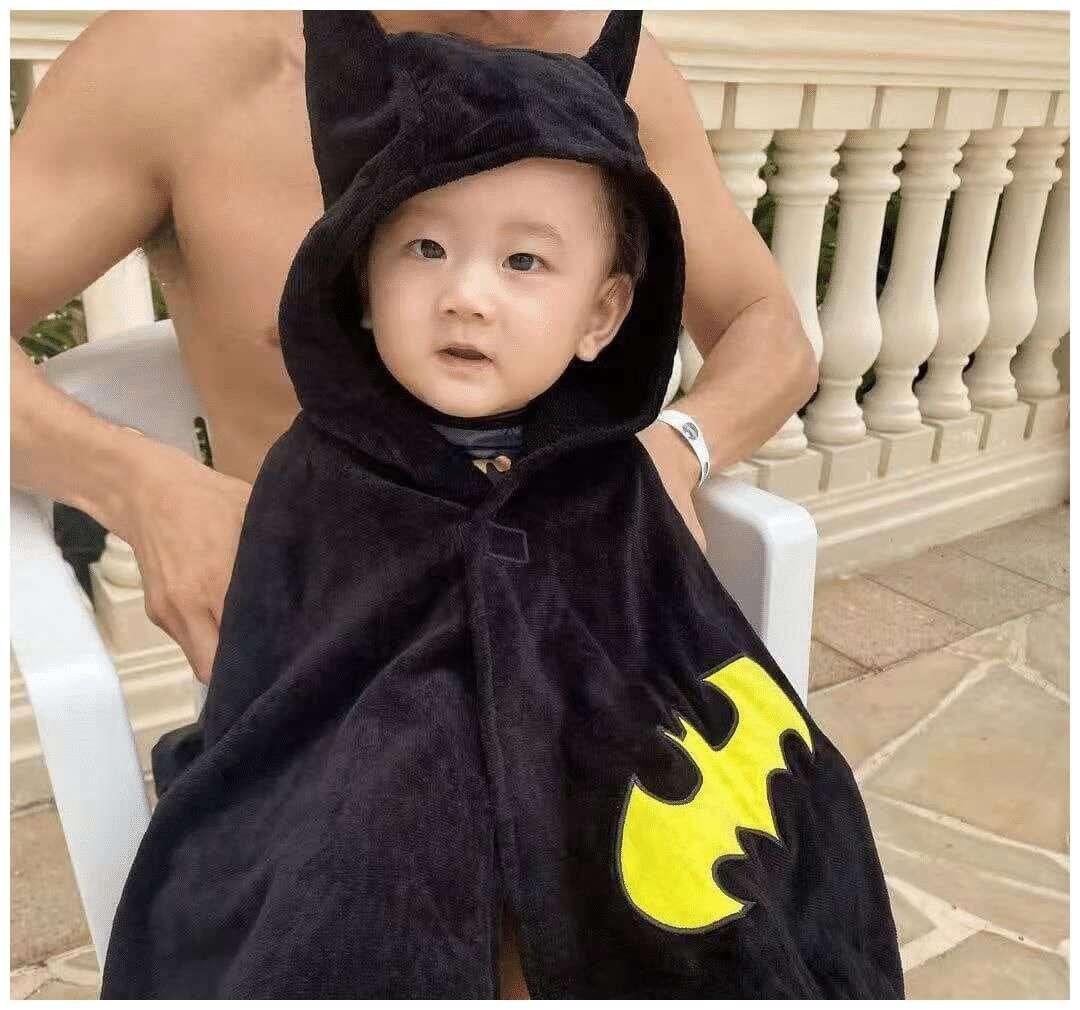 超可爱!陈山聪儿子下水礼化身蝙蝠侠,一家三口生活甜甜蜜蜜