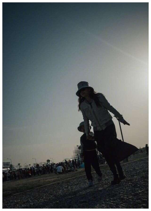 梅婷晒老公视角与儿女出游照,抱着女儿扛着儿子,妈妈力爆棚